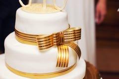 Weiße Hochzeitstorte lizenzfreie stockfotos