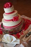 weiße Hochzeitstorte auf einer Tabelle Lizenzfreie Stockfotos
