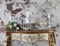 Weiße Hochzeitstorte mit silbernen Dekorations- und Hochzeitsblumenstrauß wi Lizenzfreies Stockfoto