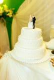 Weiße Hochzeitstorte mit Zahlen von Jungvermählten auf die Oberseite Lizenzfreie Stockfotos
