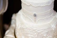 Weiße Hochzeitstorte verziert mit Zuckerglasur Stockfotografie