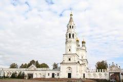 Weiße hohe Kirche mit goldenen Hauben in der alten russischen Stadt von Verkhoturye lizenzfreie stockbilder