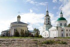 Weiße hohe Kirche mit goldenen Hauben in der alten russischen Stadt von Verkhoturye lizenzfreie stockfotos
