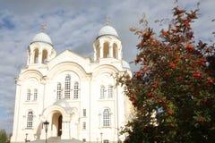 Weiße hohe Kirche mit goldenen Hauben in der alten russischen Stadt von Verkhoturye Stockbild