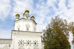 Weiße hohe Kirche mit goldenen Hauben in der alten russischen Stadt von Verkhoturye Stockfotografie