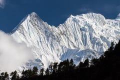 Weiße hohe schneebedeckte Berge von Nepal, Annapurna-Region Stockfotografie