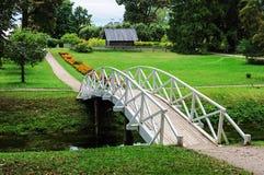 Weiße Holzbrücke im alten Park Stockfoto