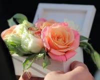 Weiße Holzkiste für Ringe mit frischen Blumen, Holzkiste für uns Stockfoto