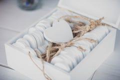 Weiße Holzkiste mit dem Herzen geformt, Bretter wünschend Stockbilder