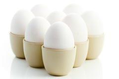 Weiße Huhneier in den Eierbechern Lizenzfreies Stockfoto