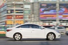 Weiße Hyundai-Limousine auf der Straße, Peking, China Lizenzfreie Stockbilder