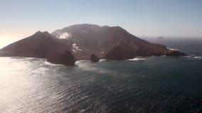 Weiße Insel und Vulkan im Meerblick vom Hubschrauber in Neuseeland stock video footage