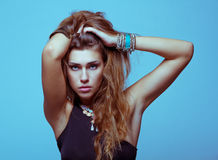 Weiße junge Frau in der schwarzen Kleidung, die Studio aufwirft lizenzfreie stockfotos