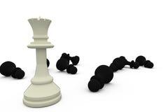 Weiße Königin, die unter gefallenen schwarzen Stücken steht Lizenzfreies Stockbild