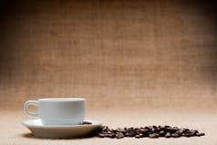 Weiße Körner des Cup c des Kaffees Lizenzfreie Stockfotografie