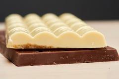Weiße köstliche poröse Schokolade liegt auf den schwarzen Schokolade Clo Lizenzfreies Stockfoto