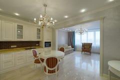 Weiße Küche des modernen Designs in einer geräumigen Wohnung Lizenzfreies Stockfoto