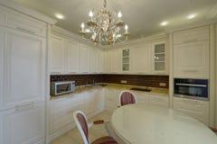 Weiße Küche des modernen Designs in einer geräumigen Wohnung Lizenzfreie Stockfotos