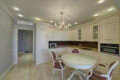 Weiße Küche des modernen Designs in einer geräumigen Wohnung Stockfotografie