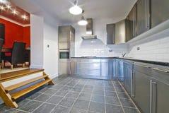 Weiße Küche mit Edelstahlschränken Stockfoto