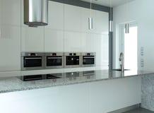 Weiße Küche mit eingebauten Geräten Stockfotos