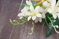 Weiße künstliche Blumen stockbilder