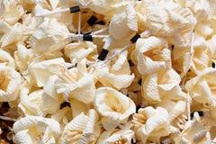 Weiße künstliche Blumen u. x28; verwendet während eines funeral& x29; - Art von Holz f Lizenzfreies Stockbild
