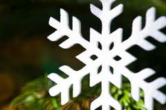 Weiße künstliche Schneeflocke Stockbild
