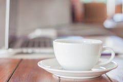 Weiße Kaffeetasse auf Arbeitsplatz Lizenzfreies Stockbild