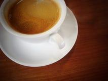 Weiße Kaffeetasse auf einem Holztisch lizenzfreie stockfotos