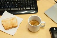 weiße Kaffeetasse auf hölzernem Hintergrund Lizenzfreie Stockbilder