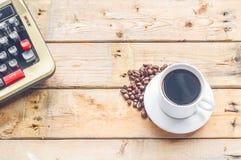 Weiße Kaffeetasse auf hölzernem Tabellenhintergrund Stockbilder