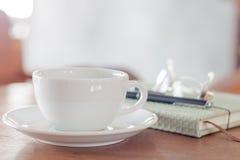 Weiße Kaffeetasse auf hölzerner Tabelle Lizenzfreies Stockbild