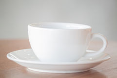 Weiße Kaffeetasse auf hölzerner Tabelle Lizenzfreies Stockfoto
