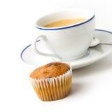 Weiße Kaffeetasse auf Platte und Muffin stockbilder