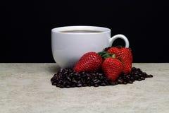 Weiße Kaffeetasse mit Erdbeeren Lizenzfreie Stockfotos