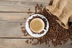 Weiße Kaffeetasse mit geöffneter Tasche Stockfotografie