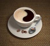 Weiße Kaffeetasse mit Löffel Lizenzfreie Stockfotografie