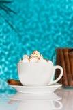 Weiße Kaffeetasse mit Sahne gegen blauen Hintergrund Lizenzfreie Stockfotografie