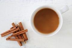Weiße Kaffeetasse mit Zimtstange Stockbilder