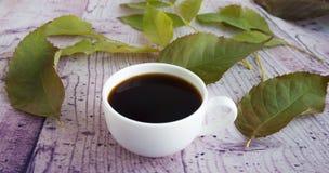Weiße Kaffeetasse und Herbstlaub Lizenzfreie Stockbilder