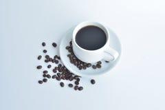 weiße Kaffeetasse und Kaffeebohne auf weißem Hintergrund Stockfotos