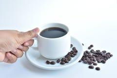 weiße Kaffeetasse und Kaffeebohne auf weißem Hintergrund Lizenzfreies Stockfoto