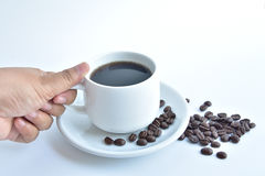 weiße Kaffeetasse und Kaffeebohne auf weißem Hintergrund Stockfotografie