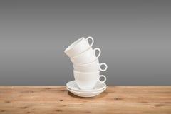 Weiße Kaffeetassen auf dem Holztisch Lizenzfreies Stockfoto