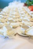 Weiße Kaffeetassen, die auf das Dienen warten Stockfotografie
