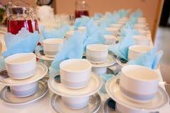 Weiße Kaffeetassen, die auf das Dienen warten Lizenzfreie Stockfotografie