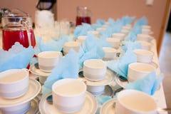 Weiße Kaffeetassen, die auf das Dienen warten Lizenzfreies Stockfoto