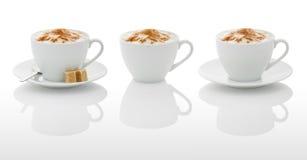 Weiße Kaffeetassen (mit PS-Wegen) Stockfotos