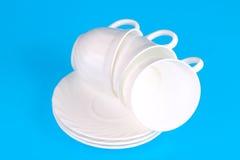 Weiße Kaffeetassen mit Saucers Stockfotografie